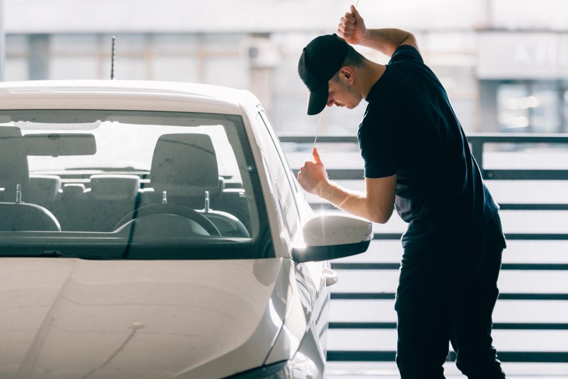 technique du crochet pour ouvrir une porte de voiture centralisée bloquée