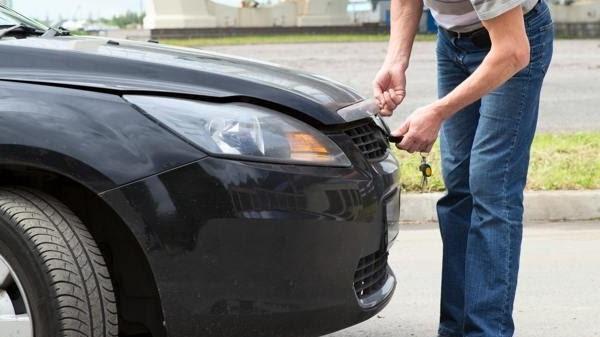 ouvrir un capot de voiture quand le câble est cassé